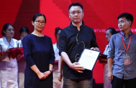 明德筑景设计刘凯院长(右二)领取文化办公类国际创新设计奖项